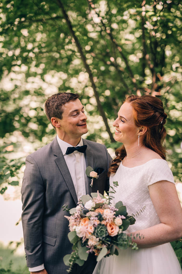 Brautpaar lacht sich an