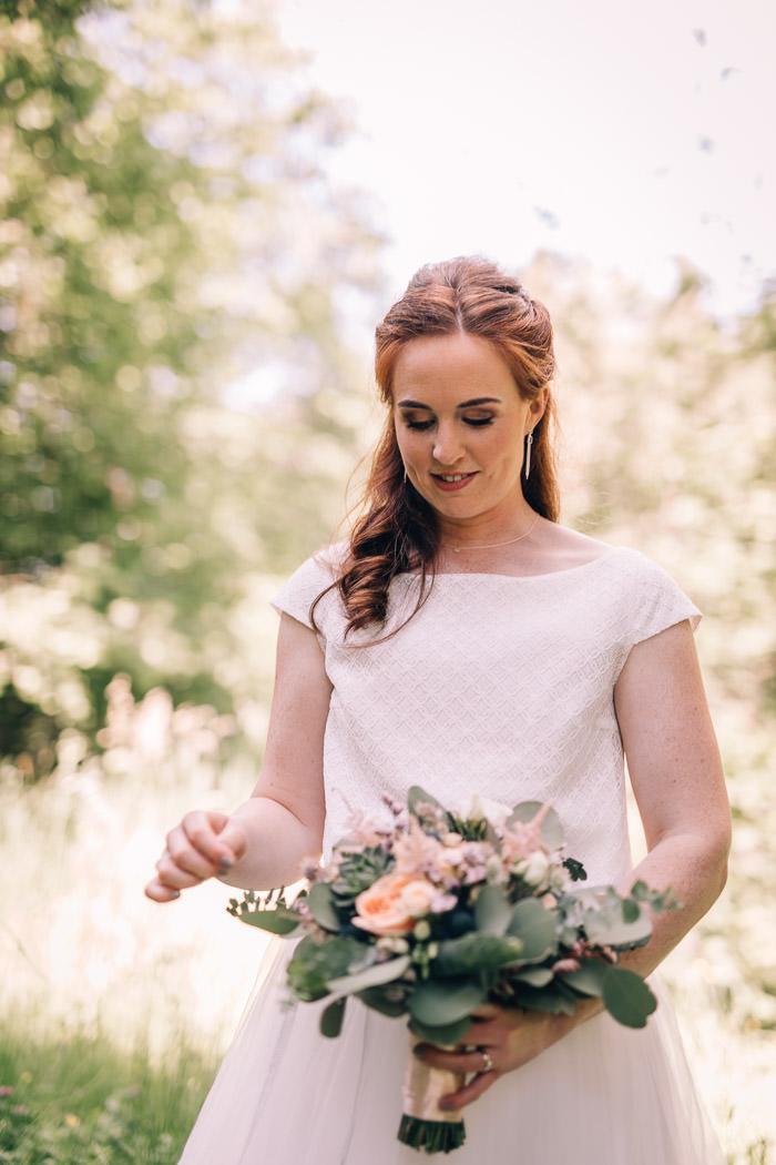 Braut mit Strauß