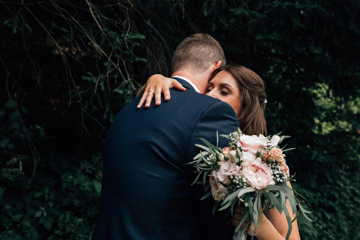 Bildstein Paarshooting Brautpaar Umarmung Wald