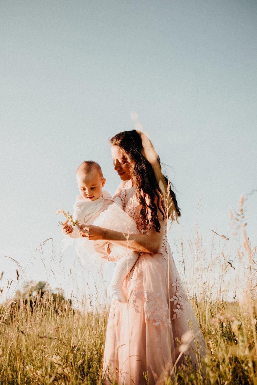 Mutter und Tochter Portraits im Feld